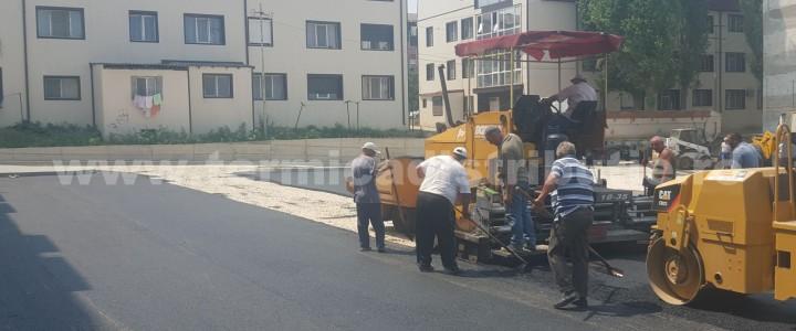 Angajaţii Termica Distribuţie Năvodari SRL lucrează la foc continuu pentru asfaltarea străzilor şi a parcărilor